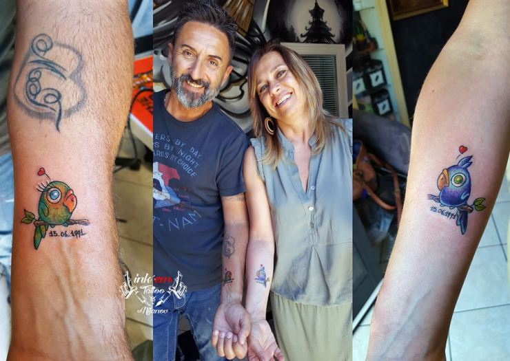 coppia prende tatuaggi usuali
